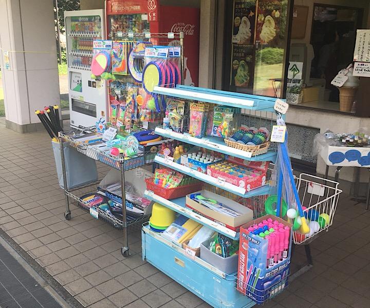 売店に売っているおもちゃの写真