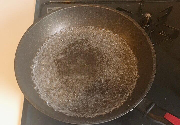 フライパンで水を沸騰させている写真