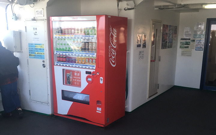 1階デッキにある自動販売機の写真