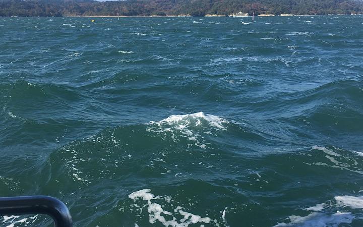 強風によって海面が乱れている様子を写した写真