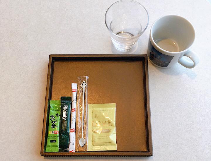粉末のコーヒーと緑茶、グラスとマグカップの写真