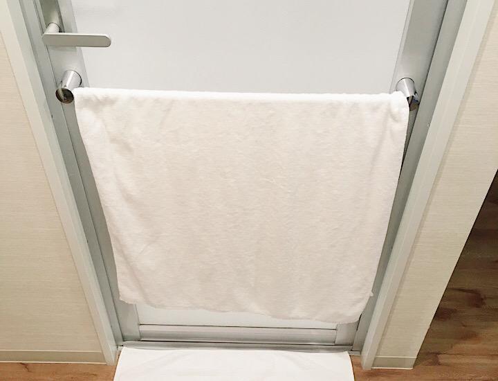 浴室のドアの写真