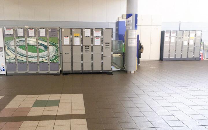 飛田給駅の改札内にあるコインロッカーの写真