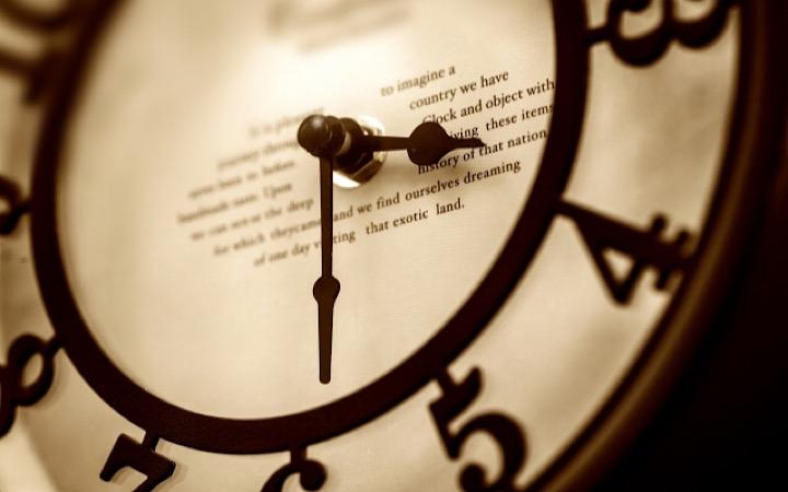刻一刻と時間が進む様子を表した時計の写真