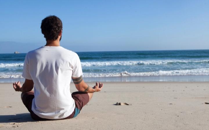 海辺でリラックスしている男性