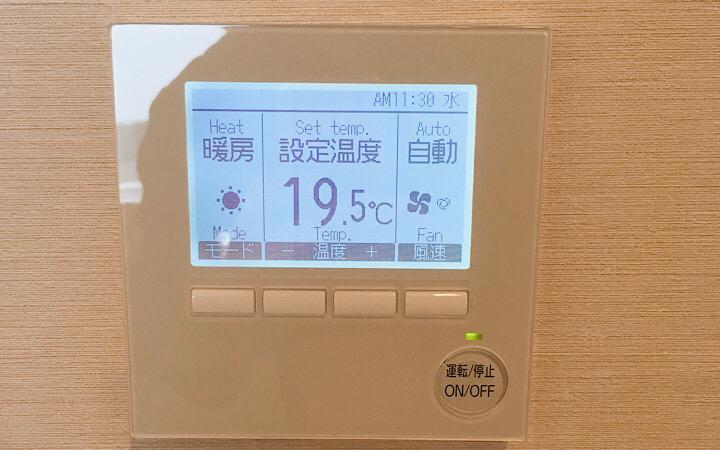 部屋にある空調設定パネル