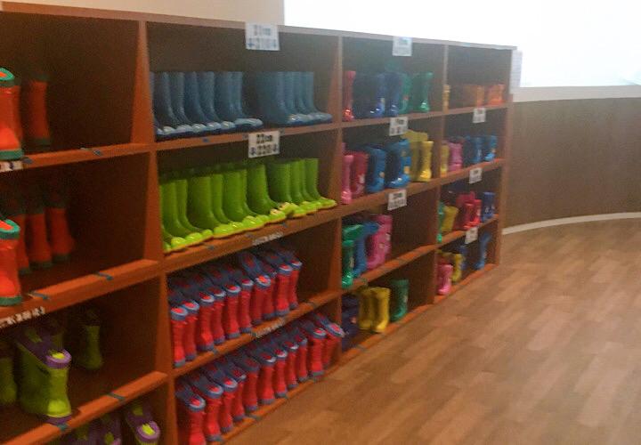 無料貸し出しされている長靴が並べられている棚