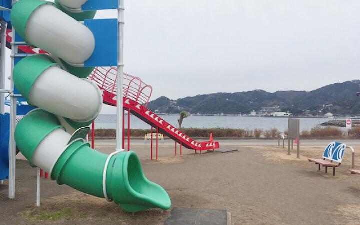大型遊具と海