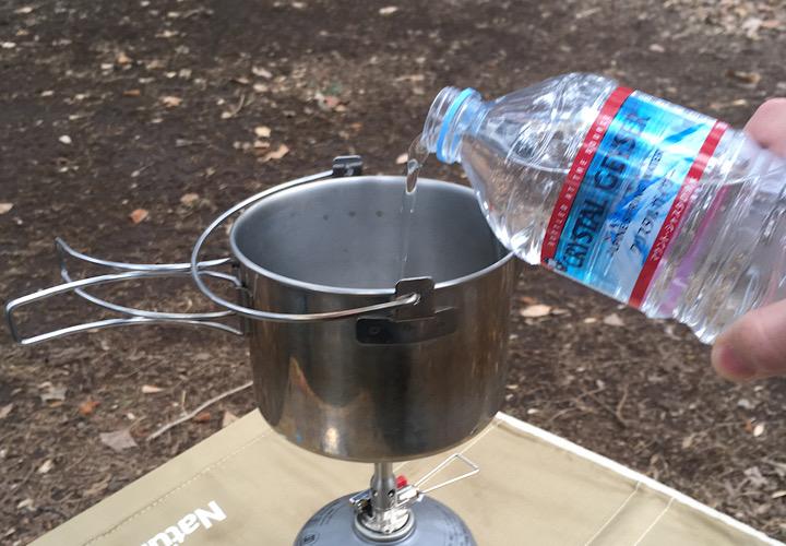 鍋に水を入れている写真