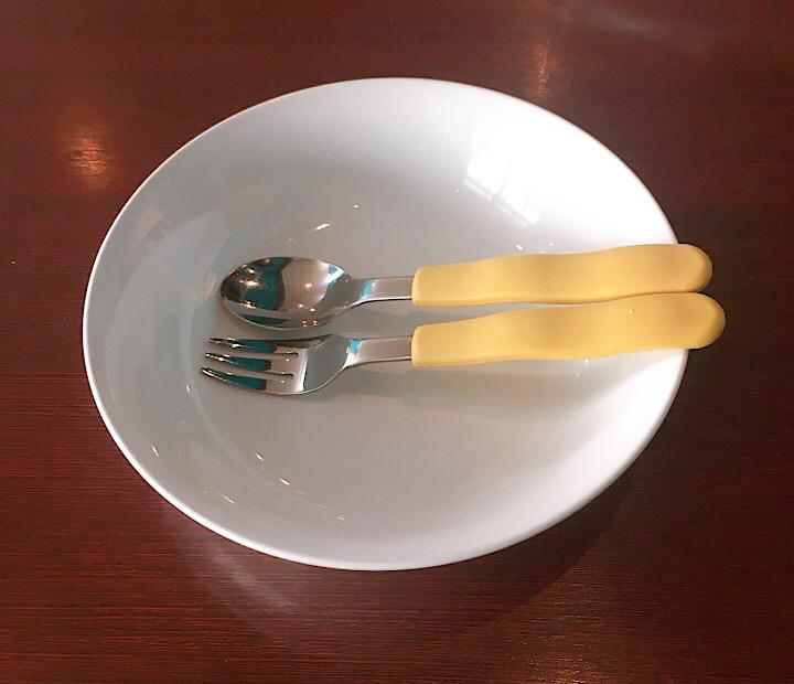 子供用のお皿、スプーン、フォーク