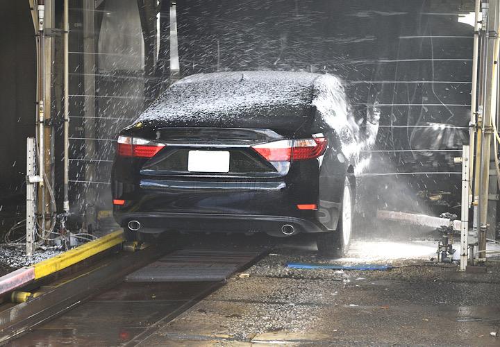 洗車中の車