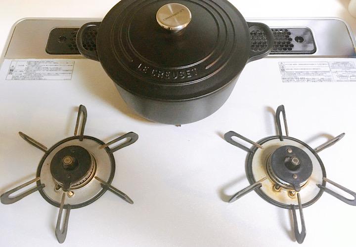 中央のゴトクに置かれている鍋