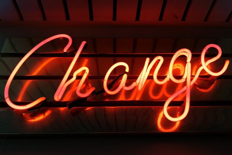 changeと書かれた看板