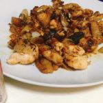 キャンプ料理におすすめ!スキレットを使った鶏皮甘辛焼きのレシピ
