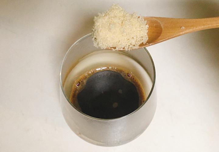 グラスに砂糖を入れている写真