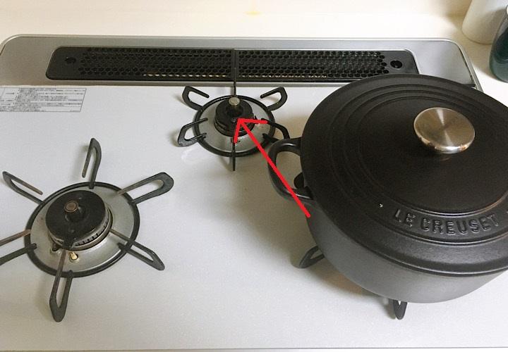 右下のゴトクに置かれている鍋