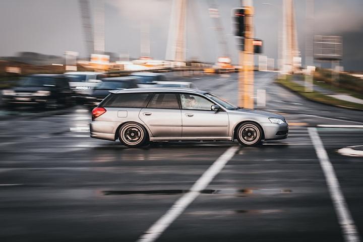 猛スピードで走る車