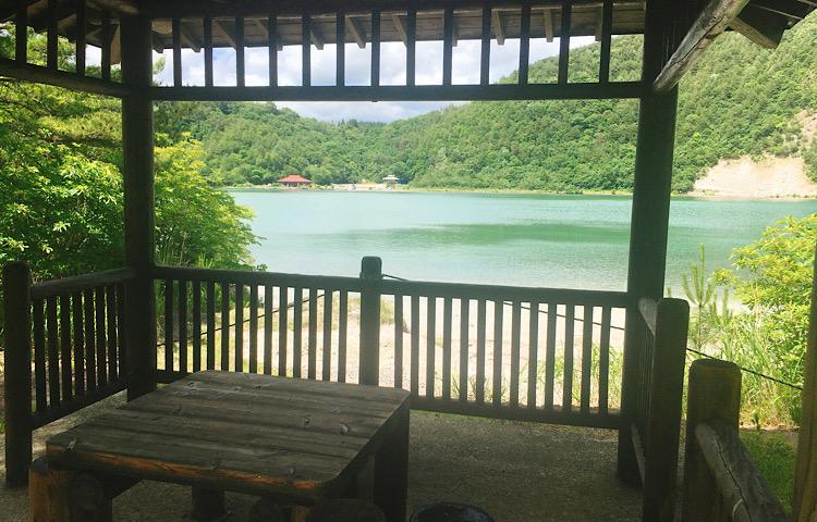 レストハウスの対岸に位置する休憩所