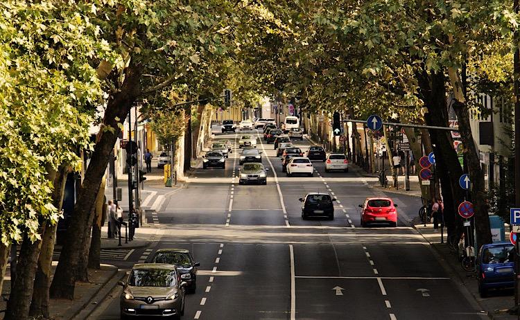 道路を走っている車
