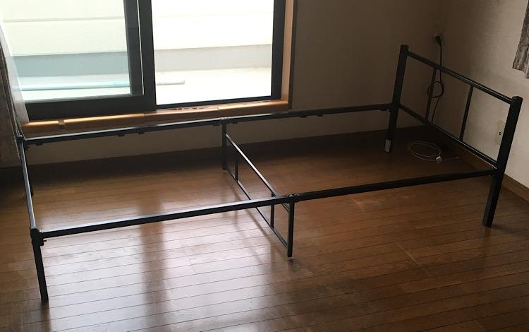 床板をはめる前のベッド