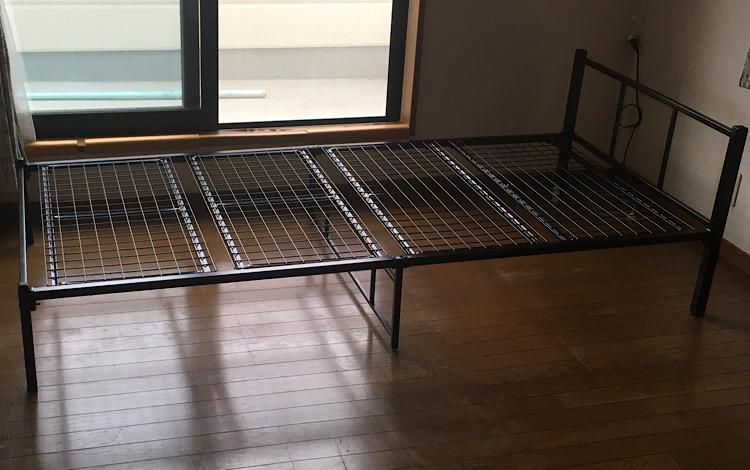 4枚の床板をはめた後のベッド