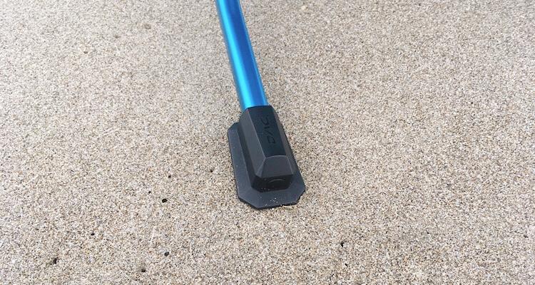 ヘリノックスビーチチェアの足が砂地に沈んでいない様子
