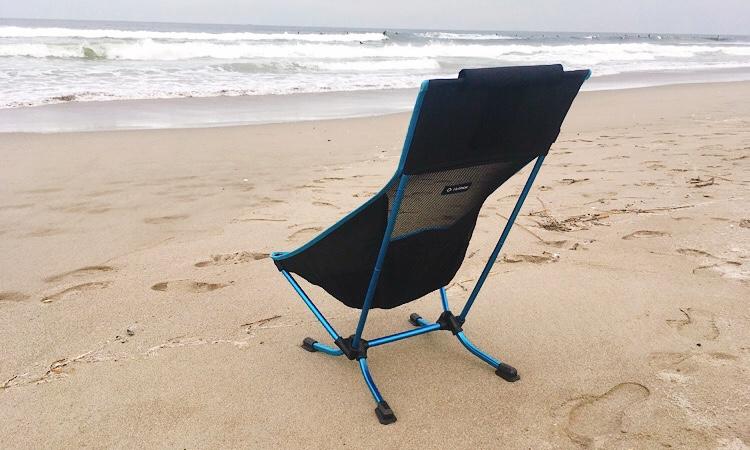 ヘリノックスビーチチェアをビーチで使用している写真